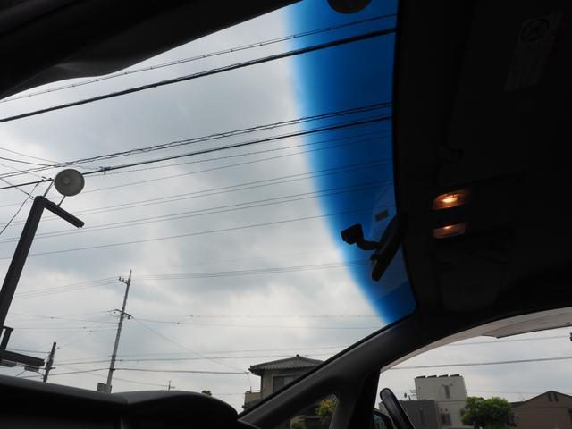 ブルーぼかし入りのフロントガラス。