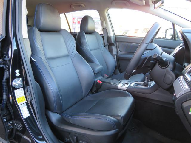 ブラックレザーシートを採用しており高級感のあるインテリアですっ! 運転席、助手席ともにパワーシートを装備しており乗車される方にピッタリのシートポジションをラクラク設定可能ですっ!