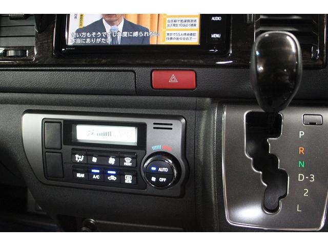 シフト周りの画像です。オートエアコン装備です!AC100W電源装備です。