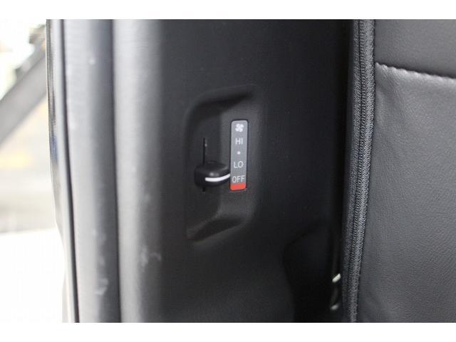 Wエアコン装備です。後部座席からもヒーター操作が可能です。