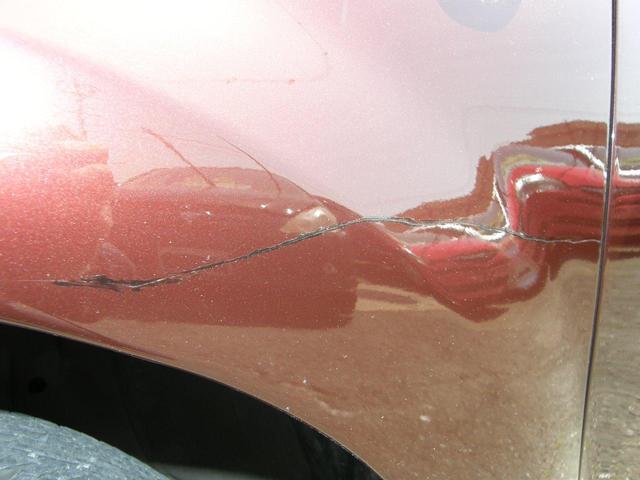 左フロントバンパー傷、タッチペンで直した跡があります。