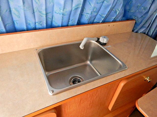 キャンピングカー ベッド・シンク・テーブル・給排水タンク付き(12枚目)