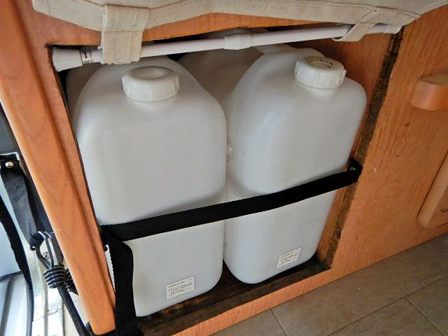 キャンピングカー ベッド・シンク・テーブル・給排水タンク付き(14枚目)