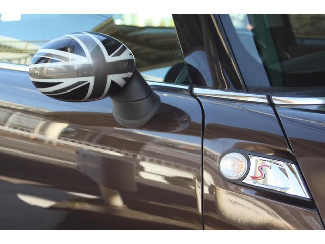 S専用サイドスカットルが選択され、ドアミラーはブラックジャックミラーに飾られています。