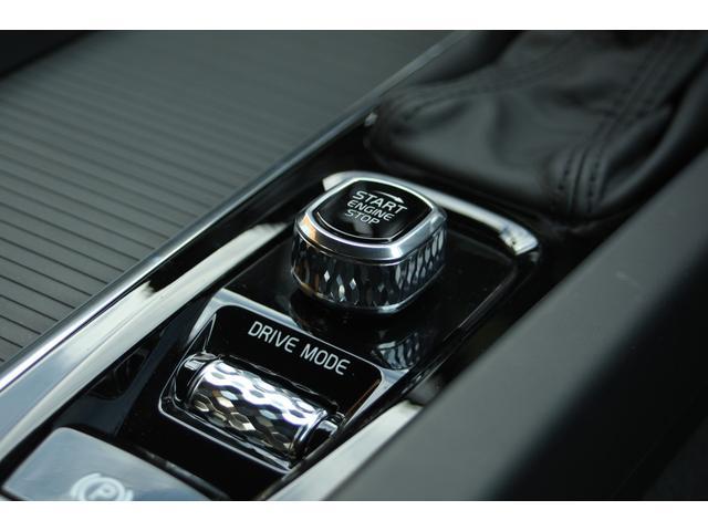 ドライブモード・セッティングのスクロールホイールには、手触りがソフトで操作しやすい、柔らかなダイヤ目のローレットを施しました。シャシーとステアリングの設定をお好みに合わせて変更できます。