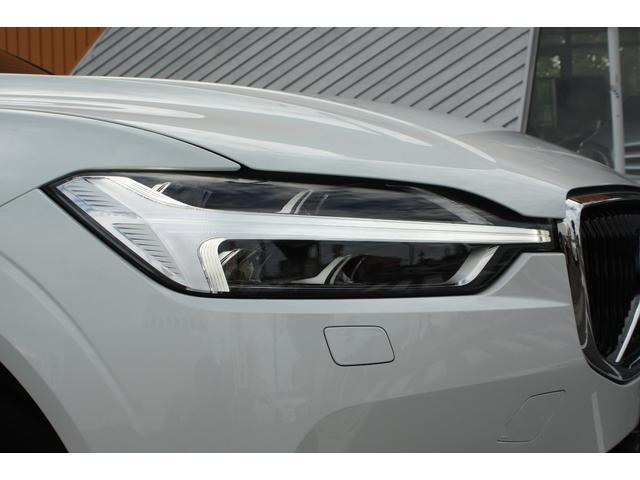 特徴的なTシェイプのLEDデイタイム・ランニング・ライトを内蔵したLEDヘッドライトは、昼夜を問わず、ボルボであることを強く主張