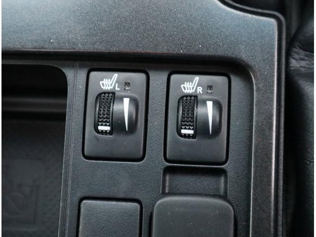 本革シートならではのシートヒーター搭載。
