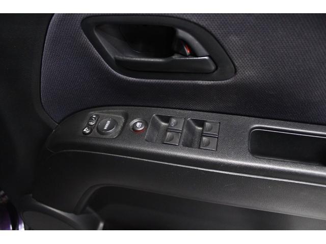 ドアアームレストには電動格納式ミラースイッチ、窓開閉ロックスイッチとパワーウインドウスイッチがあります。
