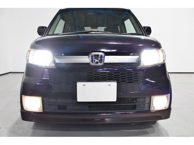 明るい白い光で視界良好なHIDヘッドライト搭載。フォグライトとの同時点灯で暗い夜道を明るく照らします。