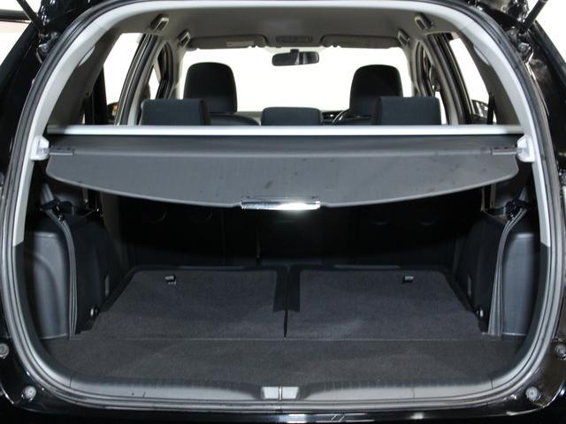 3列シートを前方に倒して、荷物への視線を遮ることの出来るトノカバーを装着することが出来ます。