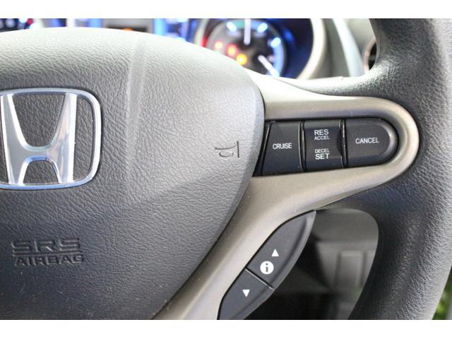 高速道路をドライバーがアクセルを踏まなくても車が一定の速度を維持して、自動でに走ってくれます。