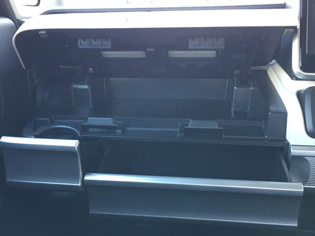 ドリンクホルダー、インパネトレー(BOXティッシュがすっぽり入ります!)は引き出し式で使わないときはすっきり収納♪