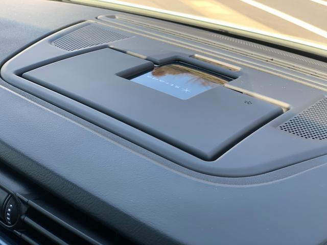 電動ポップアップ式オンダッシュモニターで走行中は事前に設定した見やすい角度で立ち上がり、使用しないときは折りたたむことが可能です。携帯電話のハンズフリー着信時に立ち上がるよう設定することも可能です。