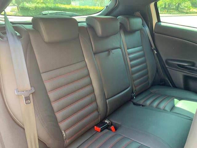 後部座席は3人乗車可能です。足元、天井には余裕があり狭さを感じることはありません。