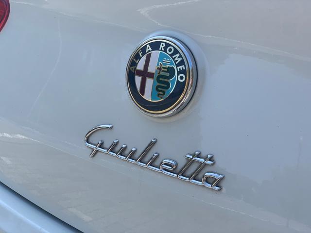 イタリア車らしい筆記体のジュリエットのロゴが可愛いです。中央のアルファロメオのエンブレムをプッシュして頂くとトランクの開閉が可能です。
