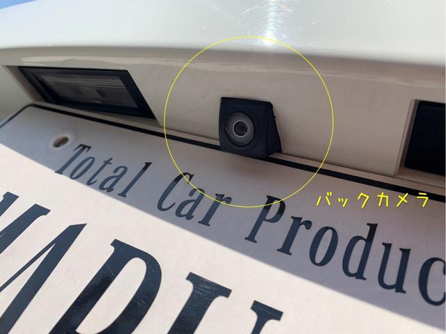 バックカメラはナンバーの上部分についています。