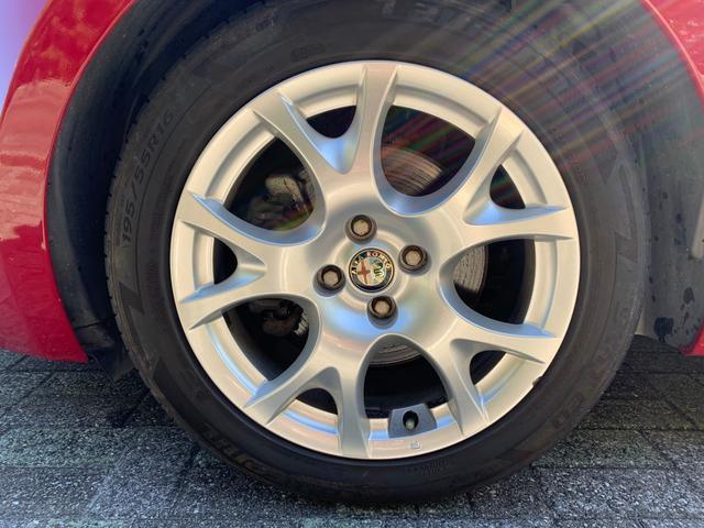 純正アルミホイール(*^-^*)タイヤサイズは前後とも195/55R16です。