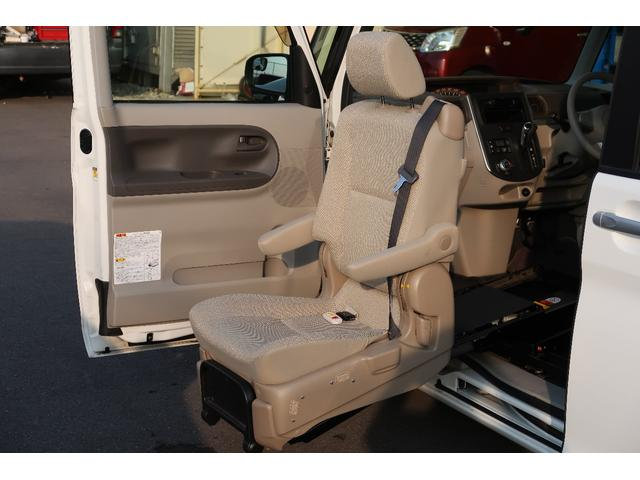 助手席が電動にて車外にでてきますので車いすからの乗り降りや足腰の悪い方でも簡単にシートに座ることができます!