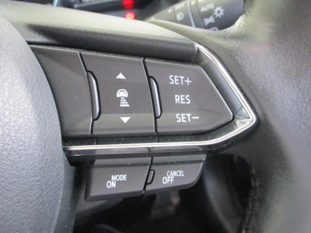 ミリ波レーダーで先行車との速度差や車間距離を認識します。約30〜100km/hの範囲で先行車との車間を維持しながら追従走行を可能にするマツダレーダークルーズコントロールが長距離走行などでのドライバーの
