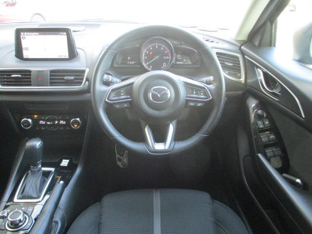 ドライバーオリンエンテッドのコックピットは適度なタイト感でドライバーの運転する気持ちを加速させてくれます!メーターの発色もオレンジで夜のドライブもきれいですよ。