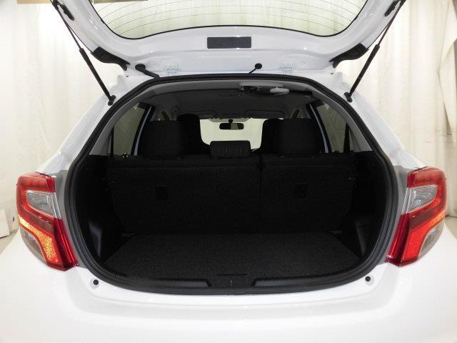 コンパクトカーながらラゲッジスペースも広く、とっても便利です。6:4分割可倒式リアシートを倒せば更に広い空間を確保、長い・大きい荷物も収納OK!買い物にレジャーに大活躍です♪