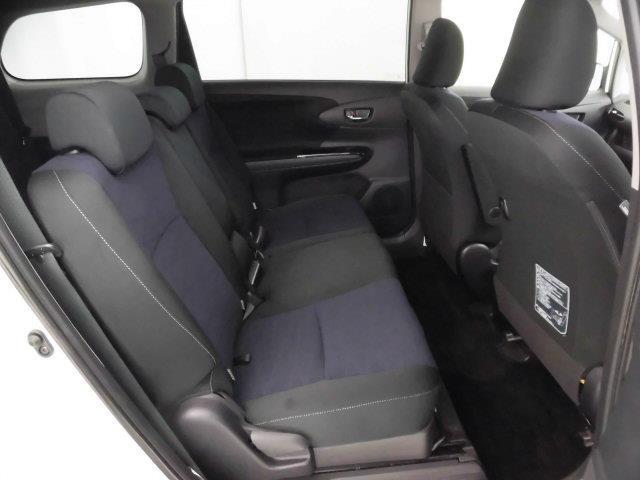 【後部座席】も当然、綺麗・清潔に仕上げております。内装の綺麗なお車は気持ちが良いですし、コンディションのいい車が多いです。オススメの1台です。