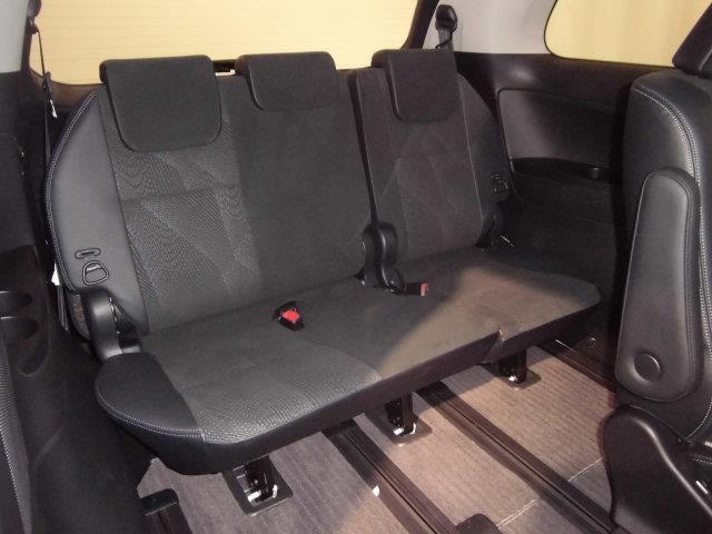 サードシートは6:4分割・床下格納機能付。格納すれば更に巨大なラゲージスペースを確保出来ます。