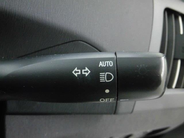 【コンライト】装備。ヘッドライト自動点灯・消灯システム/ランプオートカットシステムです。オートに設定すれば外が暗くなれば点灯、明るくなれば消灯を自動でしてくれます。。