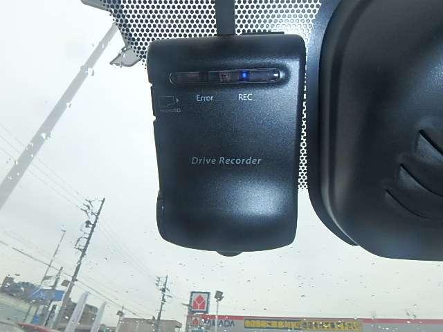 ドライブレコーダー:運転中や駐車中に車両に大きな衝撃が加わった前後または衝撃後の映像を記録することができます。