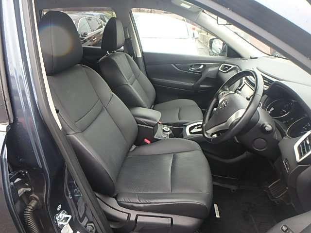 運転席と助手席まわりの写真です。実際に座って乗り心地を体験してみてください。