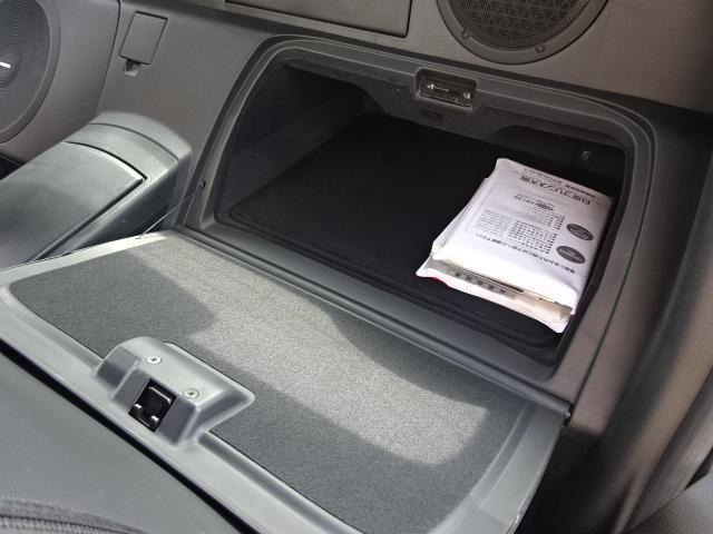 フロントシートの背面に収納BOXが付いています。ブック類を収納するのに十分な広さがあります。