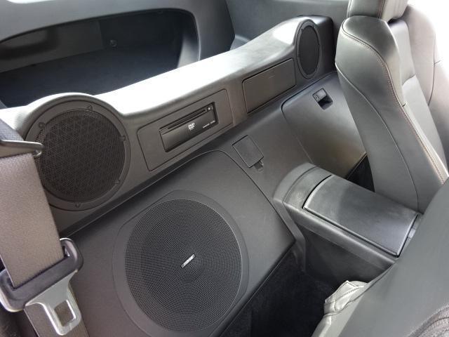ドライバーズシートの背面には、大口径のBOSEサウンドシステム専用スピーカーが付いています。