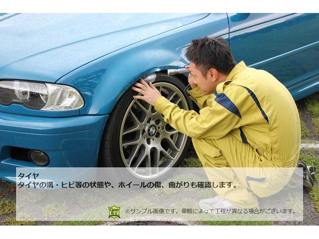 タイヤの溝・ヒビ等の状態や、ホイールの傷、曲がりも確認します。(※車両によって工程が異なる場合がございます)