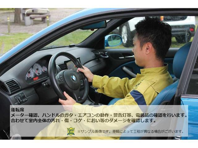 メーター確認、ハンドルのガタ・エアコンの動作・警告灯等、電装品の確認を行います。合わせて室内全体の汚れ・傷・コゲ・におい等のダメージを確認します。(※車両によって工程が異なる場合がございます)