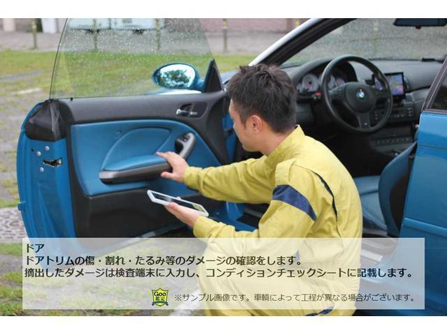 ドアトリムの傷・割れ・たるみ等のダメージの確認をします。摘出したダメージは検査端末に入力しコンディションチェックシートに記載します。(※車両によって工程が異なる場合がございます)