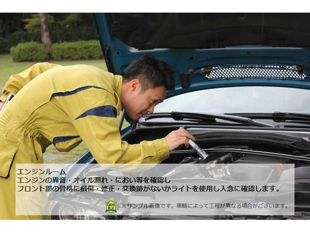 エンジンの異音・オイル漏れ・におい等を確認しフロント部の骨格に損傷・修正・交換跡がないかライトを使用し入念に確認します。(※車両によって工程が異なる場合がございます)