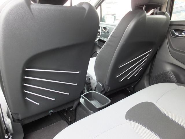 ★前席の背面は、シートバックコードポケットになってます。