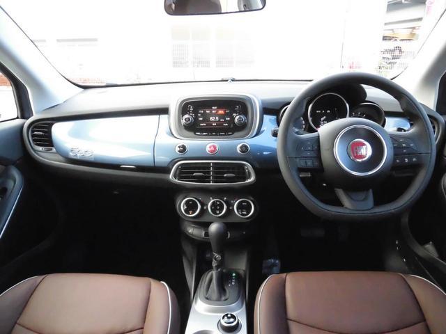 インパネ周り。FIAT500のオリジナリティ、外装色同色のインテリアパネルが映えています。