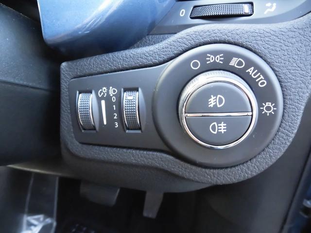 ヘッドライトは高度調整可能、もちろん、オートモード付き、暗くなれば自動に点灯します。