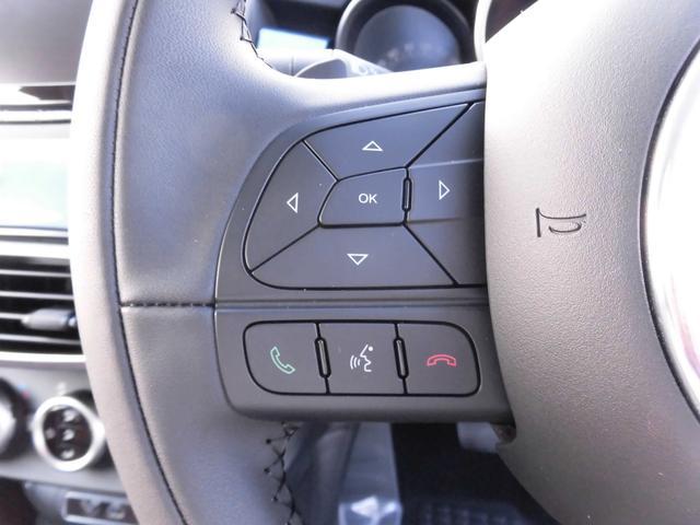 ステアリング左部に配されたスイッチは、オーディオのコントロール、そして、電話ハンズフリーのコントロールです。