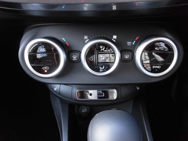 エアコンはもちろんオートエアコン。左右独立式温度調整機能付き!助手席の方への気遣いもOK!