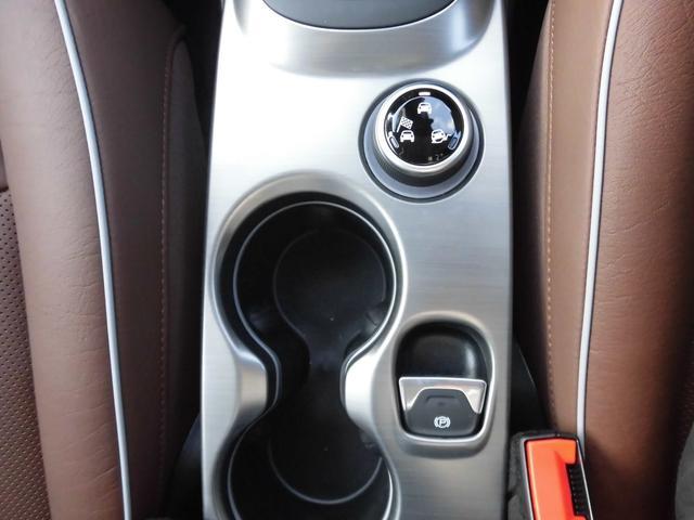 ドリンクホルダー:二人の楽しいドライブに一役! パーキングブレーキはトレンドの電磁式、操作も楽です。