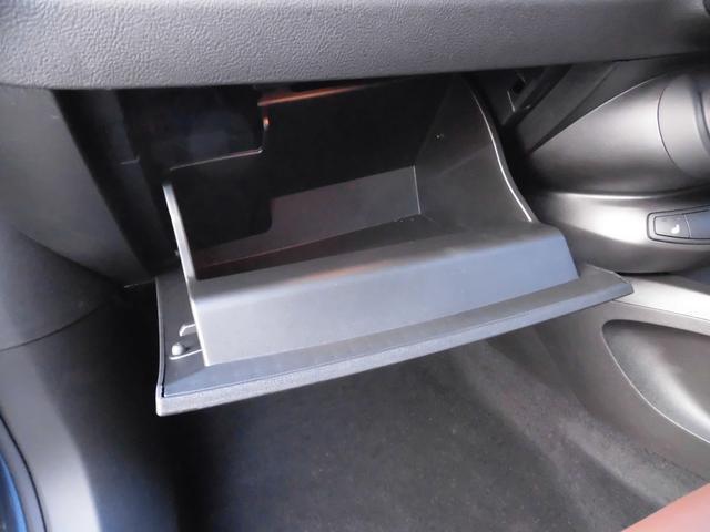 グローブBOXも余裕のサイズ。輸入車の車検証入れは大きいですからね!