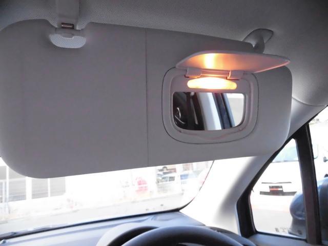 ドライバーシートにもバニティミラー、ドライバーのメイクアップは安全なところでお願いしますね!