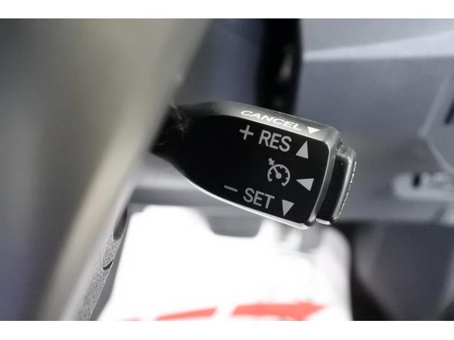 高速道路などで、アクセルペダルを踏み続ける事なく、一定速度をキープし続ける機能です。 ペダルを踏み続ける必要がないので、長時間走行が疲れにくくなります。