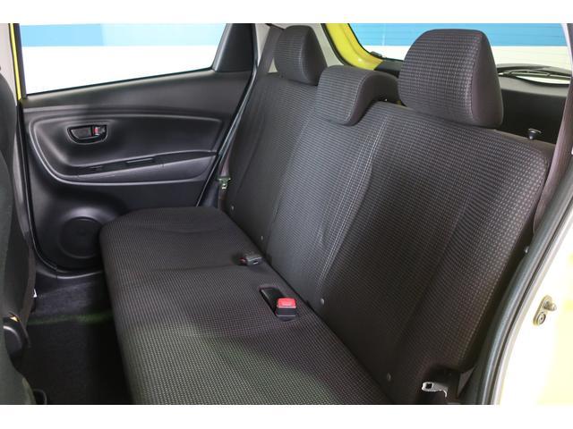 リアシート周りです。内装は特に目立ったキズや汚れなくコンディションは良好です。 足元ともに十分なスペースがありゆったり座れますよ。