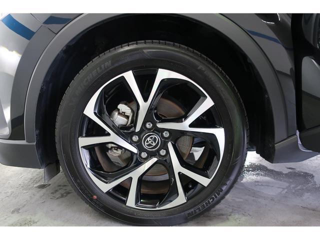 車庫入れ時や縦列駐車時に後方の死角となる部分をモニターに移す事で確認できます。 駐車の苦手な方など安心できる機能ですね。