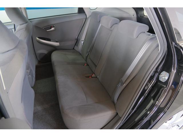 後部座席です。足元のスペースが広くゆったり快適に乗っていただけますよ。