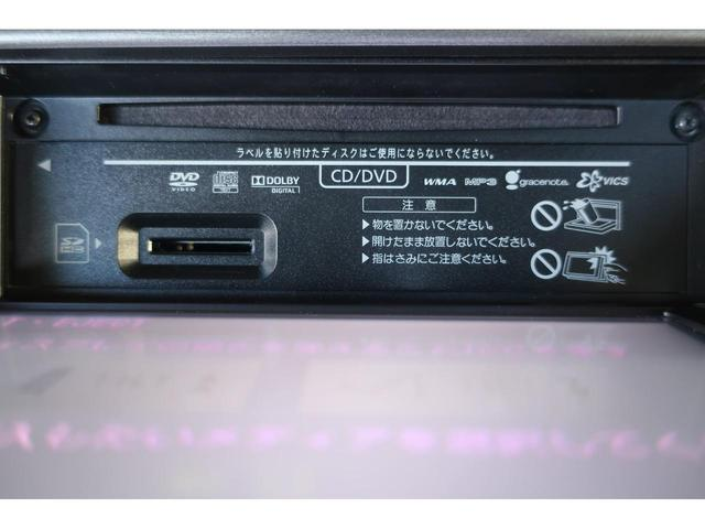 オーディオ一体型でディスプレイを開けるとメディア挿入口があります。