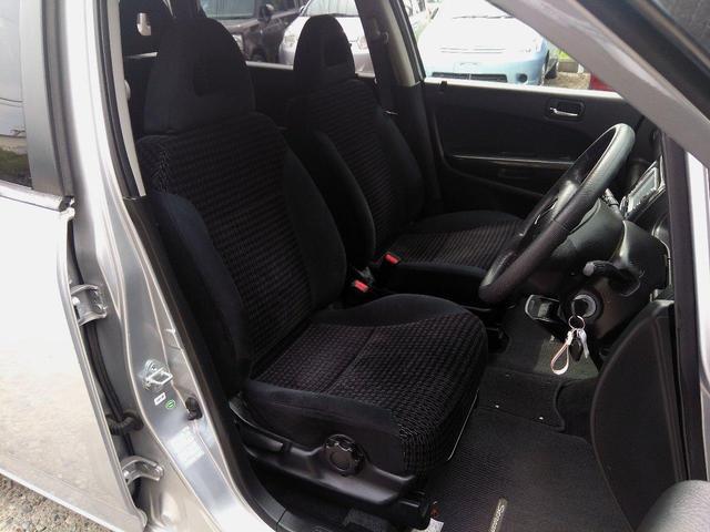 運転席&助手席の日よけには、エチケットミラーがついてます。